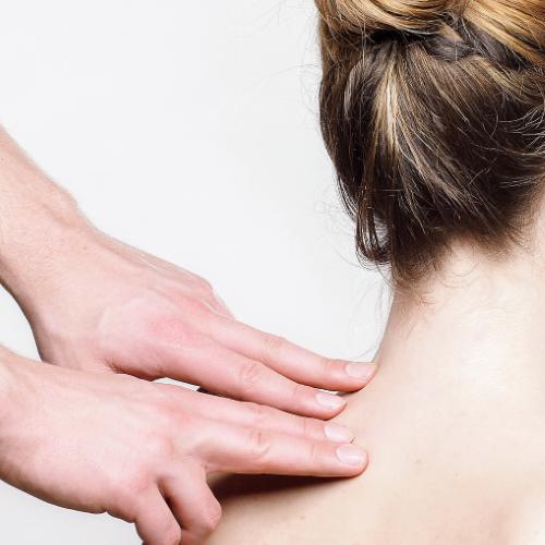 Cranio-Sacrale Osteopathie - Frau an Nacken behandelt
