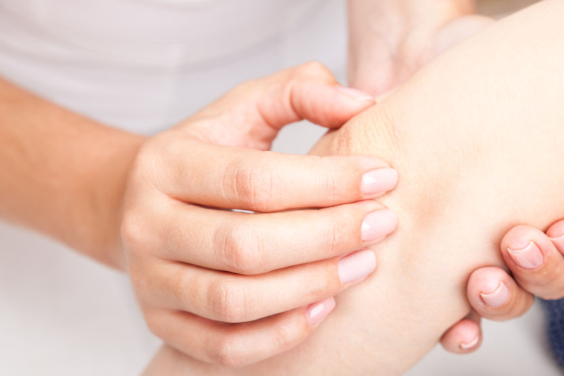 Patient an Ellenbogen behandelt - Osteopathie bei Erwachsenen