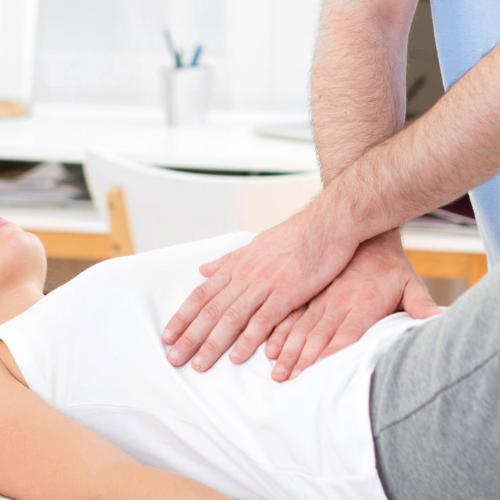 Viszerale Osteopathie - Patient an Bauch behandelt